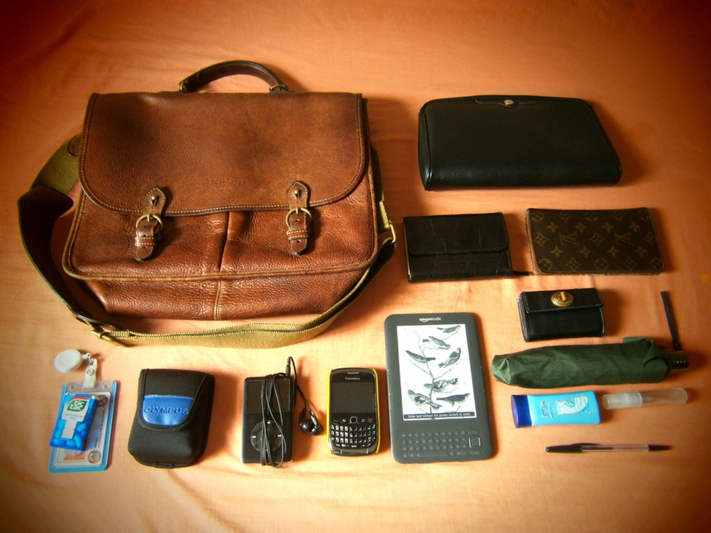Inside my vintage Mulberry Wexford leather messenger bag - dior, louis vuitton, kindle 3, blackberry, marc jacobs