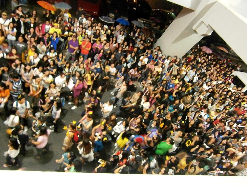A slew of Filipino Big Bang fans - Big Bang Alive Tour 2012 Manila