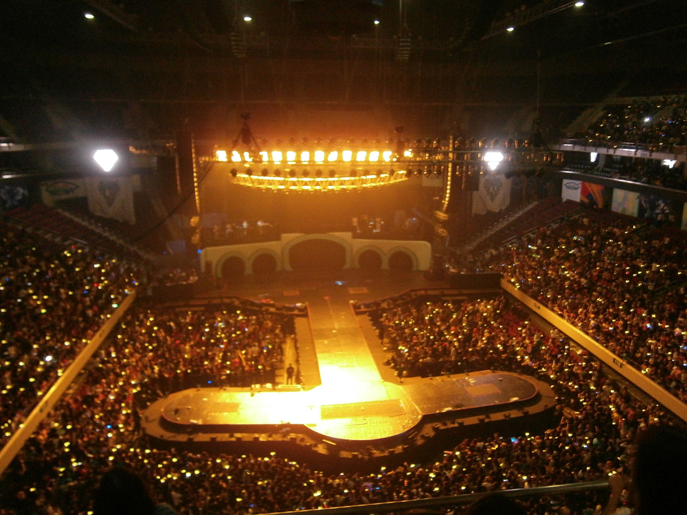 The crowd in denial that the show was finally over - Big Bang Alive Tour 2012 in Manila