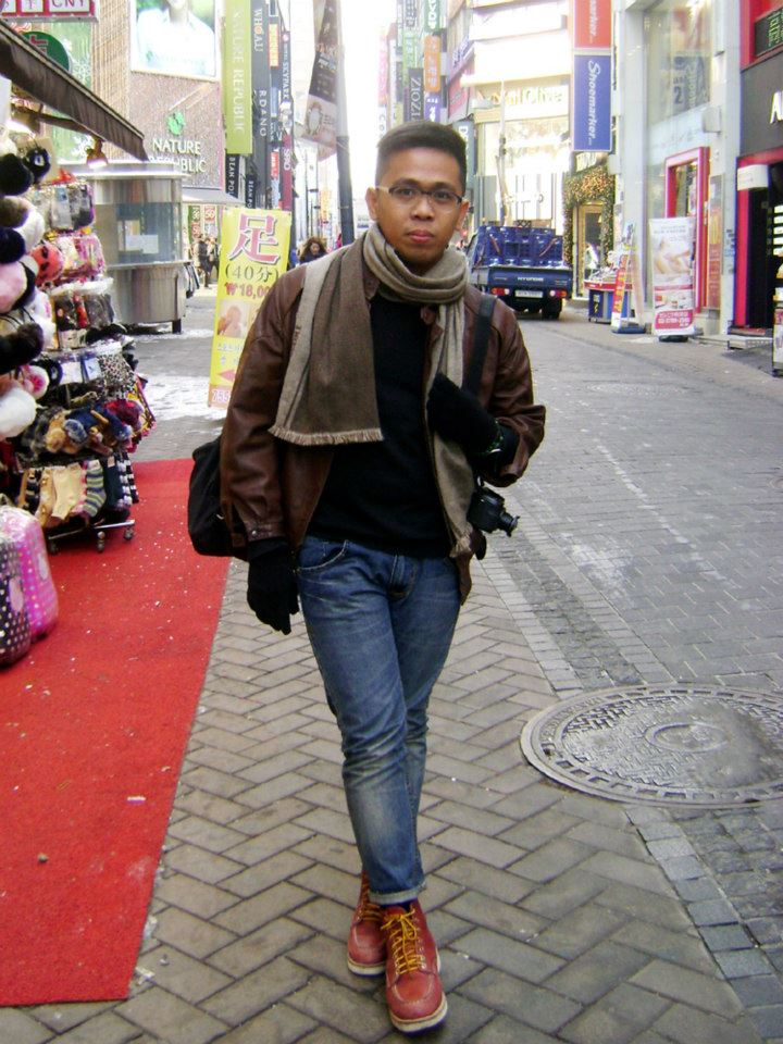 Looking for the money changer with the best exchange rate and a pair of affordable earmuffs in Myeongdong - brown leather jacket, H&M black V-neck sweater, JAG jeans, Red Wing boots, Missoni Scarf