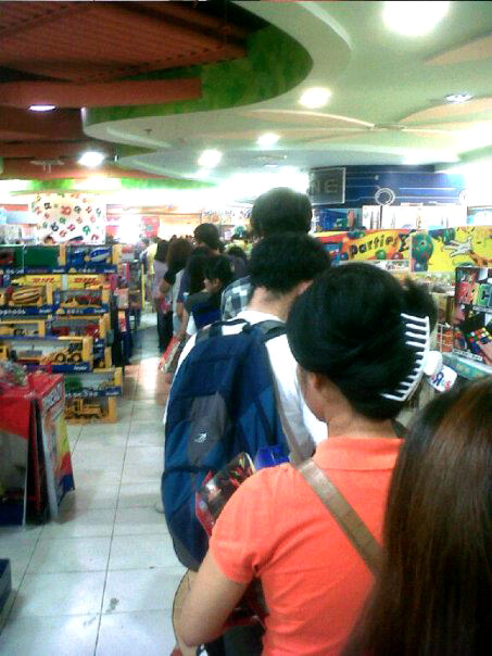 The queue in Toys R' Us Trinoma on the last Saturday before Christmas