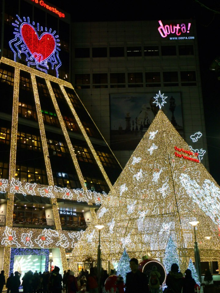 Wonderfully lit and decked Doota Mall for Christmas - Christmas lights Seoul 2012
