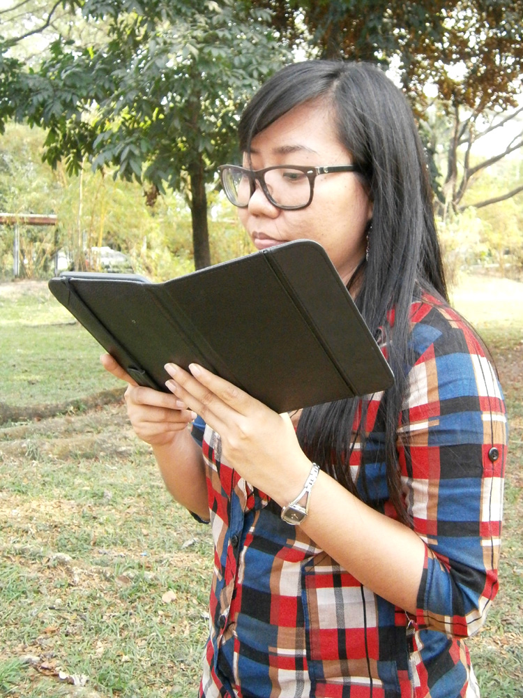 Faye checking her Kindle - Acad Oval, UP Diliman