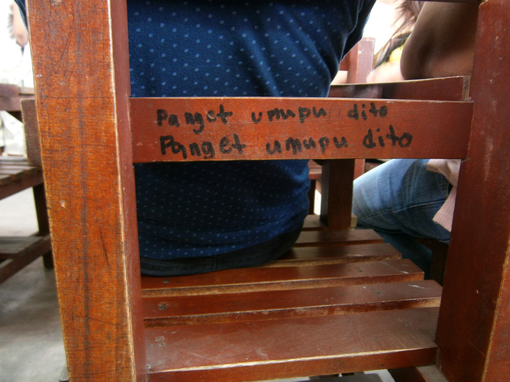 """PANGET UMUPU DITO"" --- Funny graffiti written on chairs"