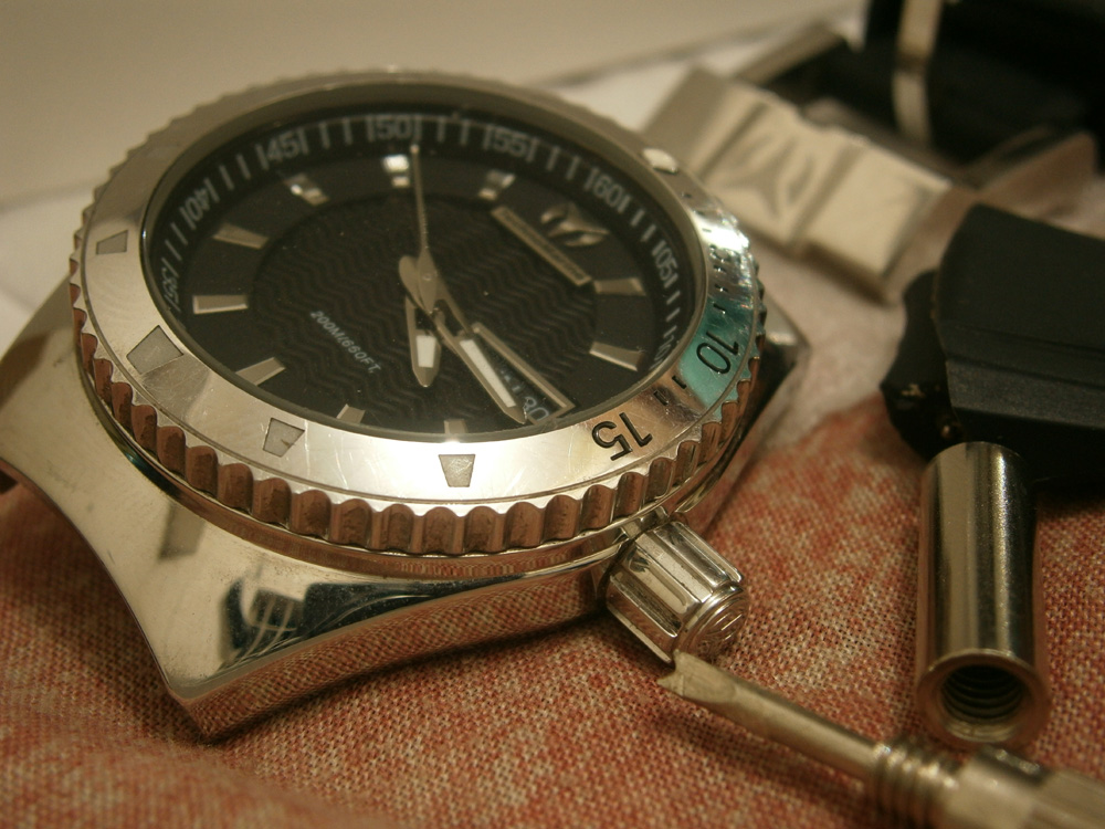 I initially had no luck in adjusting the time, it was really difficult to unscrew this watch - Technomarine watch