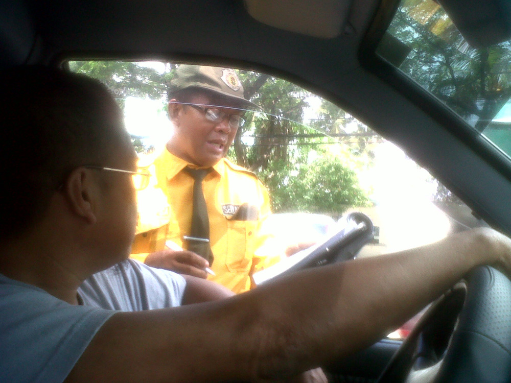 Only in Makati - this traffic enforcer insisted that we had defied a traffic rule --- and he looks uncanningly familiar as well, no? LOL