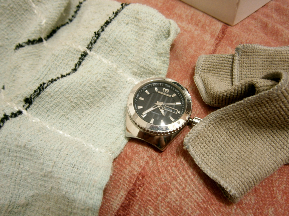 Using a face towel and a microfiber cloth to unscrew the watch - Technomarine watch