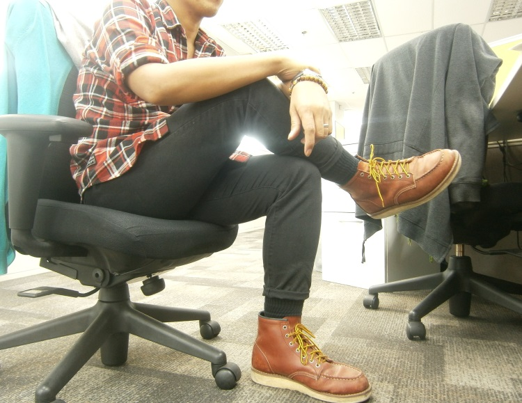 Black Chocoolate flannel shirt, black pants, Red Wing 8875